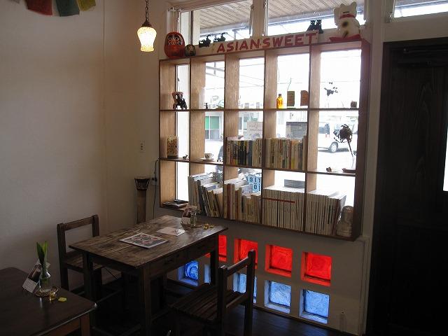 石垣島のカフェ&カレー「トラベラーズカフェ朔」の店内