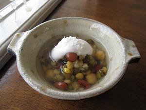 石垣島のランチなら「トラベラーズカフェ朔」のいろいろ豆のココナツぜんざい