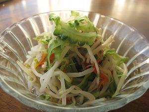 石垣島のカフェ&カレー「トラベラーズカフェ朔」のゴーヤ、モヤシ、パプリカのサラダ