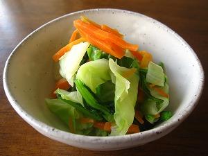 石垣島のカフェ&カレー「トラベラーズカフェ朔」の小松菜、キャベツ、ニンジンのサラダ